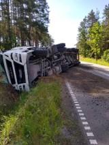 Przewrócona ciężarówka. Jeden pas drogi zablokowany
