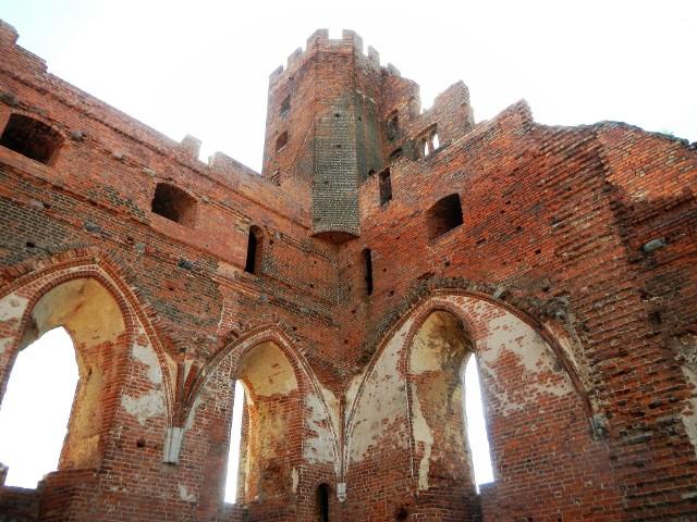 Nad Radzyniem Chełmińskim do dziś wysoko wznoszą się dwie wieże dawnego klasycznego konwentualnego zamku krzyżackiego. Budowę rozpoczęto prawdopodobnie około roku 1280, a zakończono w 1329. Do naszych czasów najlepiej zachowało się skrzydło południowe