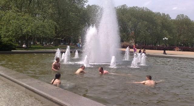 Kąpiel w fontannie na Jasnych Błoniach.