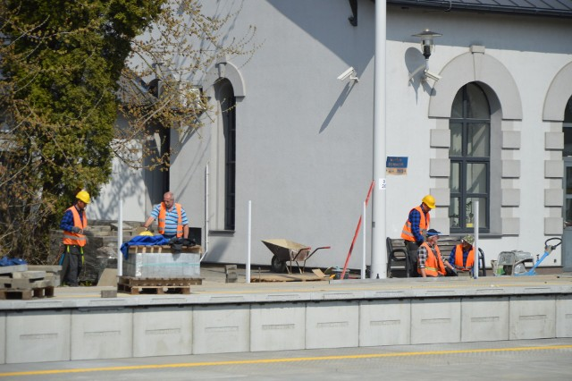 Przed budynkiem dworca powstają nowe, wysokie perony