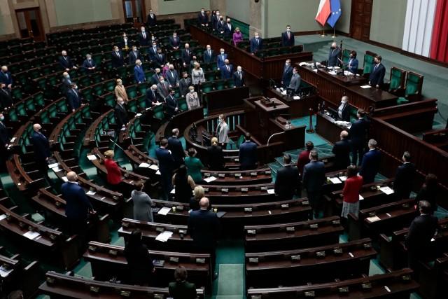 Najnowszy sondaż. Wzrost poparcia dla ruchu Polska 2050 Szymona Hołowni. Prawo i Sprawiedliwość bez samodzielnej większości