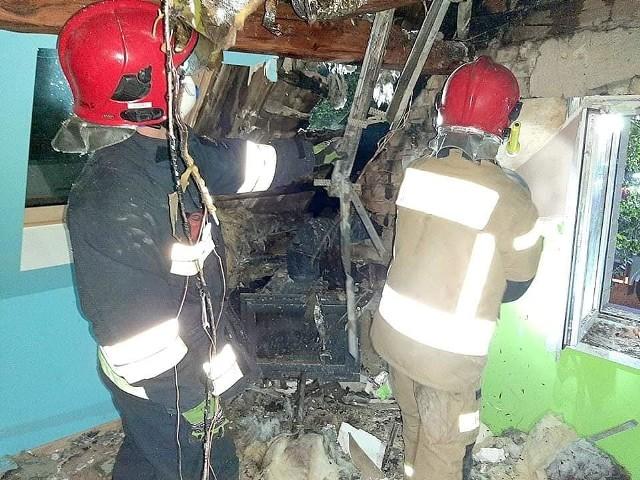Do niezwykle groźnego pożaru doszło w poniedziałek, 18 września, około godziny 20. Strażacy odebrali zgłoszenie, że na poddaszu jednego z domów w Świniarach niedaleko Ośla Lubuskiego wybuchł pożar. - To przykład na to, jak nie powinno się budować kominków. Strach pomyśleć co by się stało, gdyby pożar rozwinął się w nocy, gdy wszyscy by spali - mówią strażacy. Ogień pojawił się na poddaszu, na którym zamontowany był opalany drewnem kominek. Z niego, metalową rurą, ciepłe powietrze było rozprowadzane na resztę mieszkania. Problem w tym, że rura zamontowana była w pobliżu drewnianej konstrukcji dachu i zabudowana płytami kartonowo-gipsowymi. Na miejsce przyjechało kilka zastępów strażaków. Po ugaszeniu ognia, przystąpili oni do wyburzenia płyt gipsowych, by dostać się do źródła pożaru i przy użyciu podręcznego sprzętu musieli wyciąć kawałek dachu i dogasić elementy drewniane więźby dachowej. Akcja zakończyła się około godziny 23.