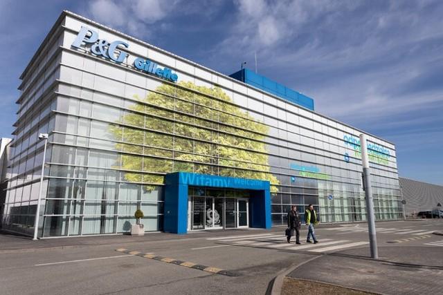 Blisko 1200 osób znalazło pracę w Gillette w Łodzi, największej na świecie fabryce tej marki. Powstają tu ostrza oraz maszynki do golenia, w tym maszynki Venus stworzone dla kobiet. W tym roku firma obchodzi 15-lecie działalności w Łodzi.Na terenie 190 tys. m2 ulokowane są trzy centra: produkcyjne, pakowania oraz centrum dystrybucyjne. Przedsiębiorstwo zatrudnia blisko 1.200 osób na różnych stanowiskach: od techników, elektroników i mechaników, po inżynierów oraz kadrę administracyjną i zarządzającą. ponad 30 proc. kadry to kobiety, panie stanowią 40 proc. kadry kierowniczej w zakładzie. Ponadto fabryka współpracuje z zewnętrznymi centrami pakowania i dystrybucji, tworząc dodatkowe 1800 miejsc pracy.Czytaj dalej