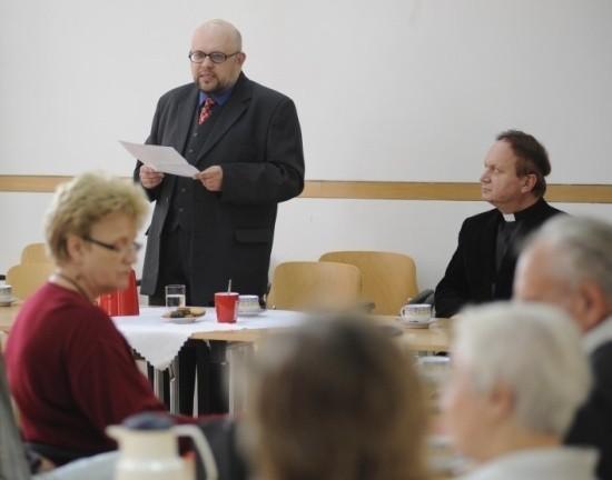 Wykład wygłosił dr Maciej Borkowski z Instytutu Śląskiego. Obok ks. dr Piotr Tarlinski, duszpasterz mniejszości narodowych w diecezji opolskiej.