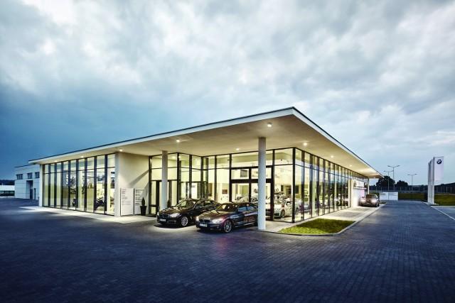 Zbigniew Kała - właściciel. Świętokrzyskie Centrum Usług Motoryzacyjnych w Kielcach to nowatorski kompleks handlowo-usługowy spełnający najwyższe standardy jakości usług i obsługi klienta. Jednym z jego elementów jest Dealer BMW ZK Motors, pierwszy salon i serwis marki BMW w Świętokrzyskiem. Jest to również pierwsze dealerstwo na świecie, które otrzymało prestiżowy Złoty Certyfikat Ekologiczny przyznawany przez BMW AG w Monachium. To nasz debiut w branży motoryzacyjnej na terenie naszego województwa.