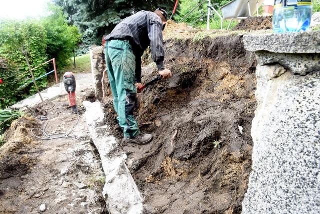 Przy ulicy Piaskowej 13 w Zielonej Górze, zburzono mur, po deszczu obsunęła się skarpa....