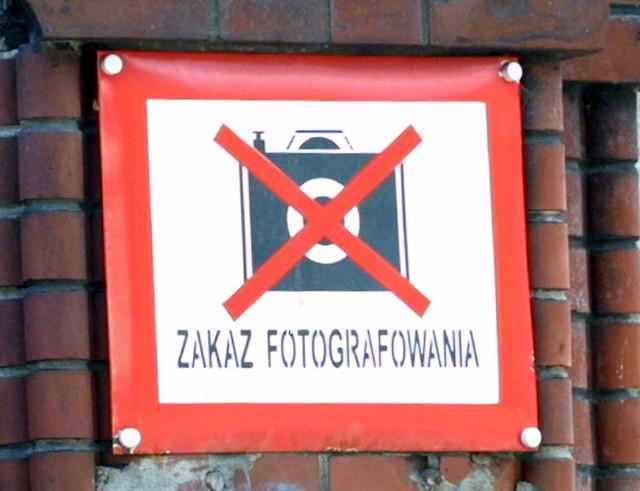 W czasach PRL zakaz fotografowania posunięty był do absurdu. Tabliczki wisiały nawet na rozpadających się tartakach, używanych raz dziennie kolejowych wiaduktach, prowincjonalnych dworcach itp. Zakaz był rygorystycznie przestrzegany jeszcze na początku lat 90. Szczeciński fotografik, który musiał oddać do ocenzurowania zdjęcia lotnicze regionu dostał zakaz publikacji zdjęć, na których widać było chociażby skrawek kolejowego toru bądź mostu.
