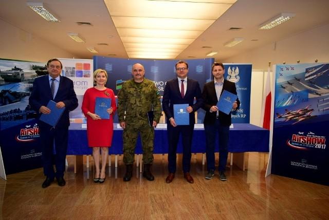 Umowę podpisali od lewej: Leszek Trzeciak, Ilona Kowalska, Jarosław Mika, Radosław Witkowski i Jakub Kolecki.