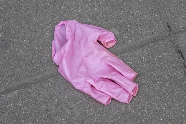 Prezydent Jacek Jaśkowiak apeluje, by nie zaśmiecać Poznania rękawiczkami i maseczkami.Przejdź do kolejnego zdjęcia --->