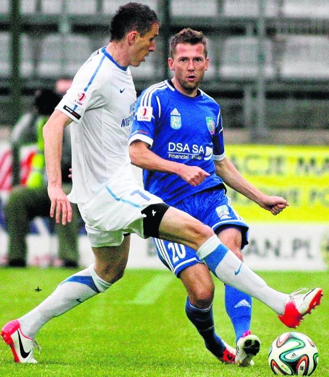 Mariuszowi Zasadzie (niebieski strój) skończył się czas w Miedzi. Wiosną może zostać zawodnikiem Sokoła Aleksandrów