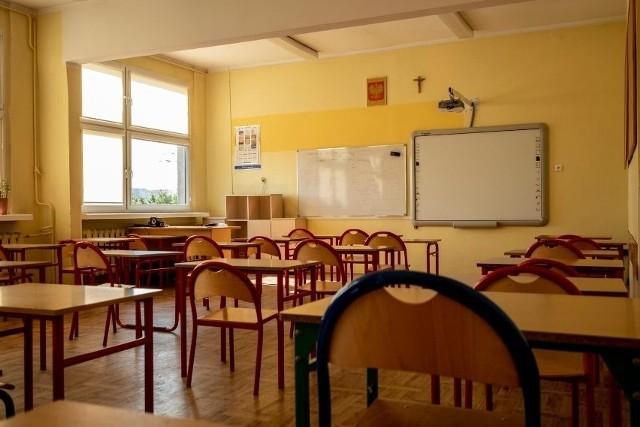 Zamykanie szkół i wprowadzanie zdalnego nauczania powinno być ostatnim środkiem, po które sięgniemy w walce z pandemią, kiedy w szpitalach nie będzie wolnych łóżek, jak uważa poznański lekarz epidemiolog i mikrobiolog