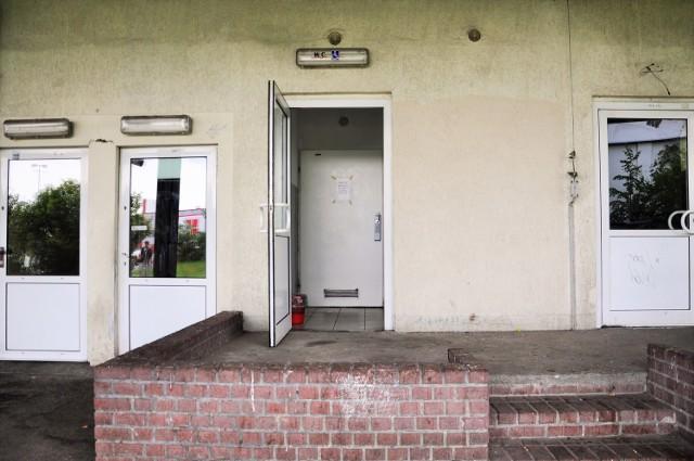 Do toalety prowadzą dwie pary drzwi. Pierwsze nie zawsze są otwarte, drugie nie zawsze ustępują po wrzuceniu monety
