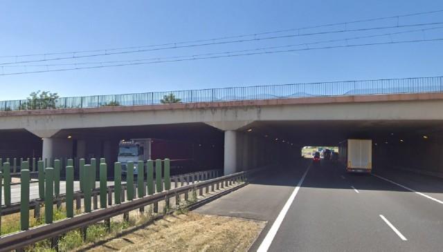 Kobieta spadła z wiaduktu w Luboniu na pas awaryjny autostrady.