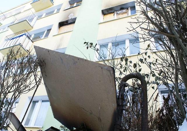 Pod budynkiem leżały fragmenty mebli ze spalonego mieszkania na drugim piętrze, którego okna administracja zabezpieczyła płytami