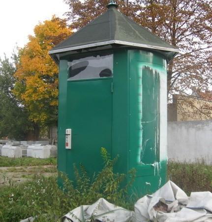 Toaleta zamiast stać w ruchliwym miejscu i służyć mieszkańcom, stoi zamknięta na podwórzu Pekomu.