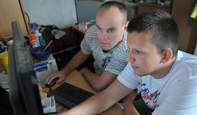 Choć dla studentów wakacje jeszcze trwają. Daniel Ryć i Rafał Kowalski już mieszkają w akademiku. Teraz starają się pomóc młodszym znaleźć dach nad głową.