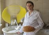 W piekarni w Mąchocicach Kapitulnych chleb robi się z sercem. Sekrety najlepszych wypieków zdradza Ernest Noga