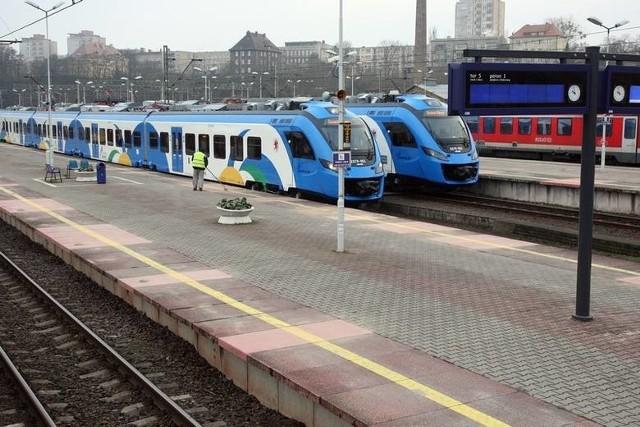 W okresie wakacji trasę Szczecin – Świnoujście codziennie pokonywać będzie 13 par pociągów regionalnych, czyli łącznie 26 składów w obie strony. Oznacza to, że przez większą część dnia pociągi regionalne na tej trasie będą kursowały przeciętnie co godzinę. Najszybszy z nich, odjeżdżający ze Szczecina Głównego o godz. 9:33, trasę Szczecin Główny – Międzyzdroje pokona w 1 godzinę i 12 minut, a Szczecin Główny – Świnoujście w 1 godzinę i 24 minuty (ze stacji Szczecin Dąbie odpowiednio w 58 i 70 minut).