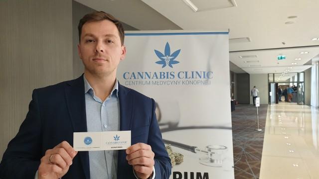 Jacek Orłowski prezentuje zaświadczenie dla pacjentów zażywających medyczną marihuanę