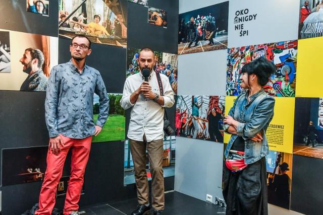 """Pierwsze edycje Międzynarodowych Spotkań Nieprzypadkowych """"Oko Nigdy Nie Śpi"""" odbywały się w Pałacu Lubostrońskim (rok 2014, 2015, 2016) oraz w bydgoskich galeriach sztuki, kinach. Od 2018 roku """"Oko Nigdy Nie Śpi"""" gości co roku w Pałacu w Ostromecku i na stałe wpisuje się w bydgoskie wydarzenia kulturalne. Wszystkie dotychczasowe sześć edycji festiwalu można zobaczyć na wystawie fotograficznej, którą otworzono w piątkowy (10 lipca) wieczór w Miejskim Centrum Kultury (ul. Marcinkowskiego 12). - Na tym festiwalu poznałem mnóstwo niezwykłych ludzi, zobaczyłem niesamowite efekty działań artystów. Obserwowanie tego wszystkiego przez lata było i jest dla mnie wielką przygodą, a przede wszystkim ciekawym doznaniem artystycznym – powiedział poproszony przez  nas o komentarz Arkadiusz Wojtasiewicz, uznany fotograf prasowy, współpracujący obecnie z Polska Press.Z kadrów na wystawie wyłania się cały przekrój artystów i ich niestandardowych działań, które przez lata dokumentowali Kamil Milewski oraz Arkadiusz Wojtasiewicz. - To na """"Oku"""" mogłem przyjrzeć się, czym jest surrealizm, jaką siłę ma w swym przekazie i jaką jest odskocznią od banału, który na co dzień nas otacza – dodaje Arkadiusz, który sam należy do grupy Czarnego Karła, organizatora festiwalu.Siódma edycja """"Oka"""" pod hasłem """"Uczta"""" potrwa do niedzieli włącznie. W weekend jeszcze wiele się wydarzy, program tutaj"""