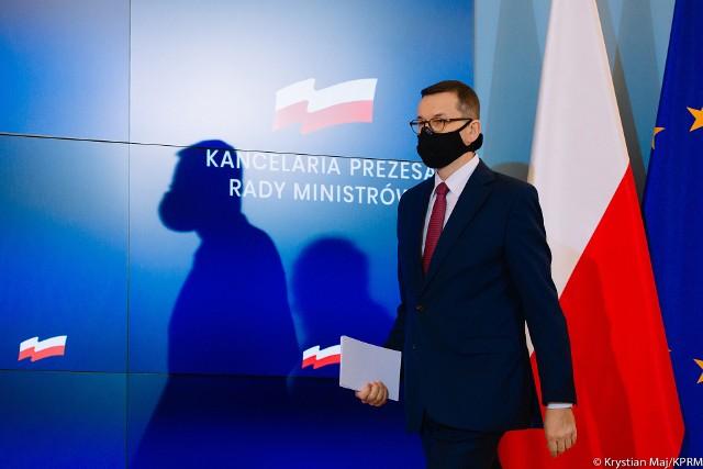 """- Bardzo się niepokoję kapryśną naturą wirusa - stwierdził premier Mateusz Morawiecki, pytany o możliwość ogłoszenia w Polsce pełnego lockdownu, podobnie jak zrobiły to właśnie Niemcy. Szef rządu zaapelował do Polaków, by trzy tygodnie po świętach nie wychodzili z domów i sami zarządzili sobie narodową kwarantannę.Morawiecki dodał, że """"musimy bezpiecznie doczekać do rozpoczęcia szczepień"""". Te - według zapowiedzi rządu - mają się rozpocząć w połowie stycznia, ale będą trwały wiele miesięcy. Szczepienie osób spoza grup ryzyka będzie możliwe najwcześniej podczas wakacji. Do tego czasu nie ma co liczyć na zniesienie wszystkich ograniczeń obowiązujących dziś w Polsce.Czy grozi nam lockdown? A może jest szansa na złagodzenie obostrzeń? Jak mają wyglądać święta? Zobacz na kolejnych slajdach, posługując się klawiszami strzałek, myszką lub gestami.Przejdź do kolejnego slajdu ---"""