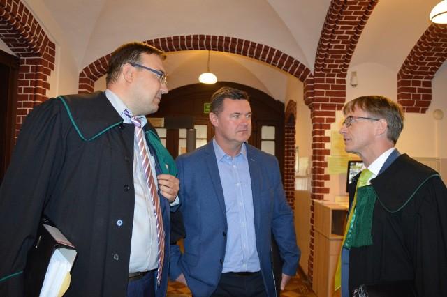 Były burmistrz Paczkowa Bogdan Wyczałkowski (w środku) nie przyszedł na ogłoszenie wyroku.