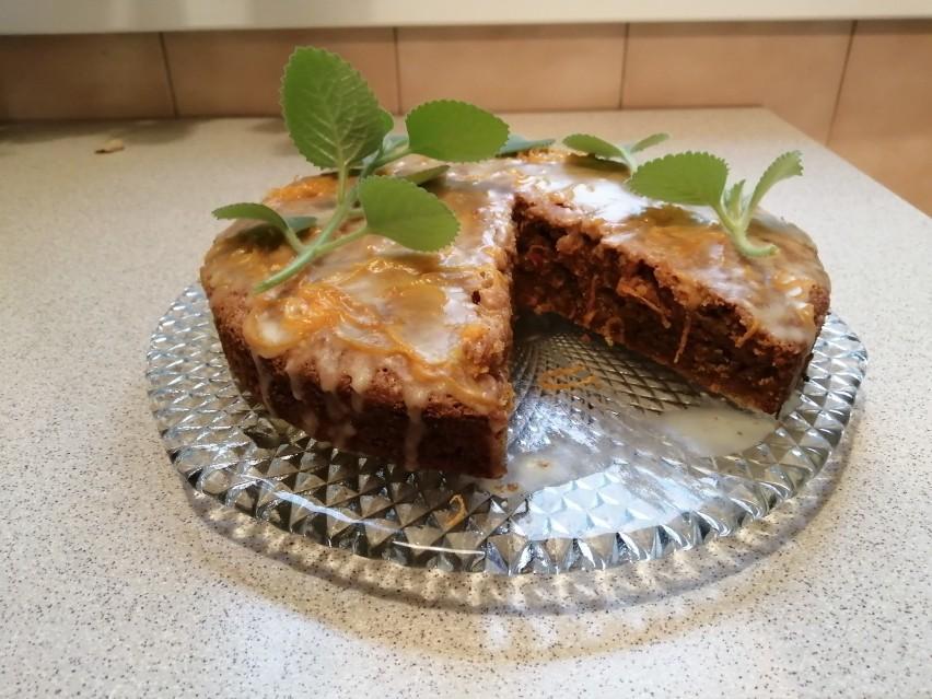 Ciasto można udekorować listkami mięty.