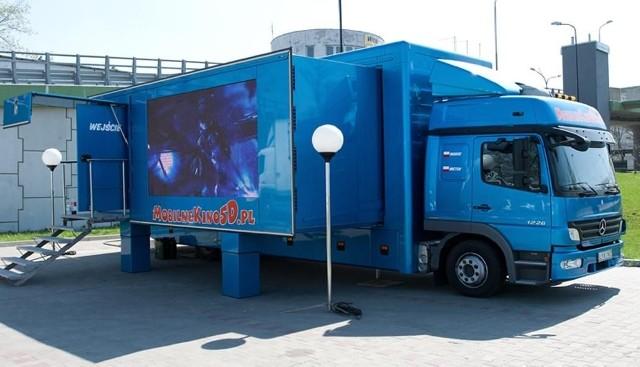 Tak wygląda mobilne kino 5D, które zaparkowało na 5 dni  przed Pasażem Świętokrzyskim w Kielcach