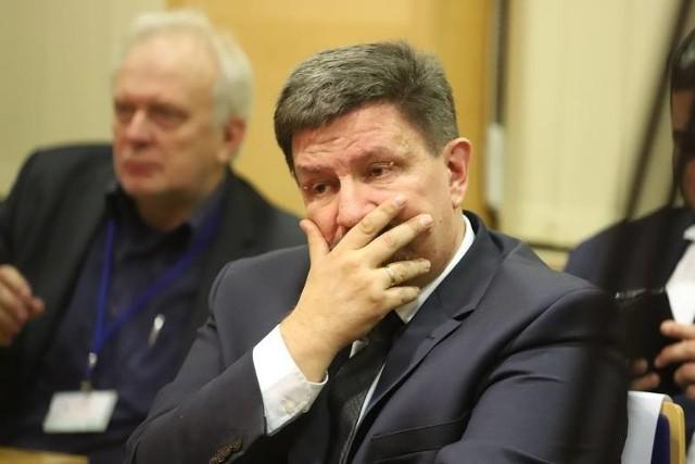 Na piątkowej (5 lutego) nadzwyczajnej sesji łódzkiego sejmiku marszałek Grzegorz Schreiber (PiS) po raz pierwszy odniósł się publicznie do oskarżeń radnych Koalicji Obywatelskiej i zarządu Związku Międzygminnego Bzura, wedle których miał odblokować dotację i pozytywne decyzje dotyczące instalacji budowanej przez Bzurę dopiero po zmianach w jej zarządzie.