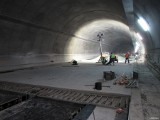 W tunelu zakopianki drogowcy wylali pierwszy fragment przyszłej jezdni. To ostatni etap prac, ale czas mocno goni [ZDJĘCIA]
