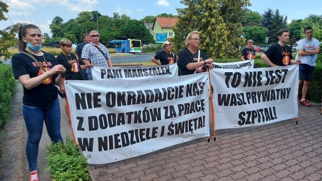Przed Urzędem Marszałkowskim w Zielonej Górze odbyła się pikieta NSZZ Solidarność.