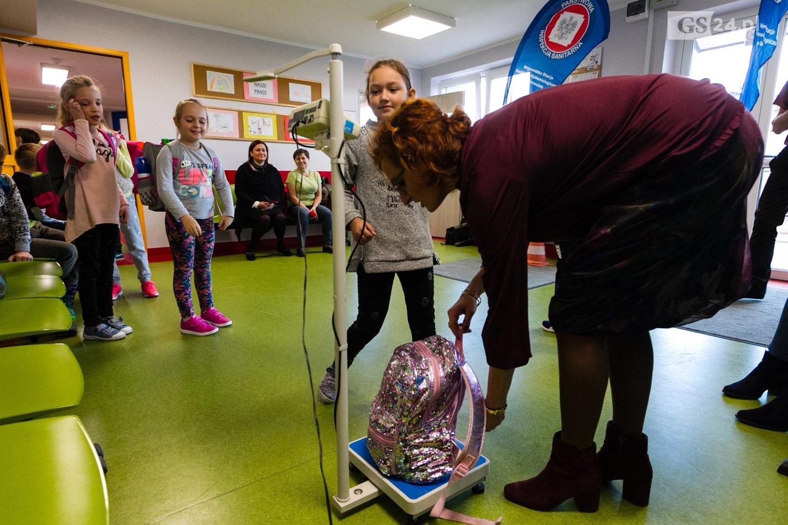 abd7f1d1d9c60 Dzieci noszą za ciężkie tornistry. W szkołach trwa ważenie. Sanepid apeluje  do rodziców