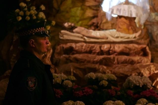 W katedrze na Ostrowie Tumskim przy grobie warte pełnili strażnicy miejscy