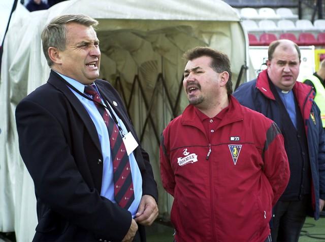Marek Motyka (z lewej) i Bogusław Baniak są dobrymi przyjaciółmi. Na boisku ostatnio szczęście sprzyja trenerowi portowców. Wiosną pokonał Motykę w Gorzycach 1:0 (Motyka był wówczas szkoleniowcem Tłoków), a teraz nie dał się pokonać w Warszawie.