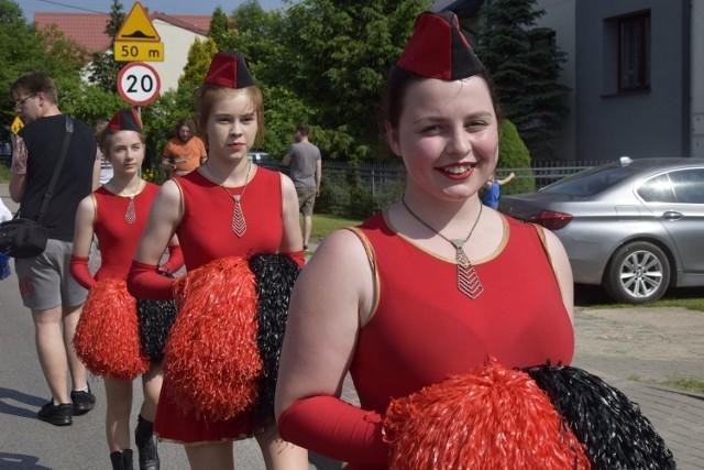 W niedzielę, 27 maja, gmina Maków po raz 20. bawiła się na Makowskiej Majówce. Impreza rozpoczęła się barwną paradą od Gimnazjum św. Wojciecha do amfiteatru. Później na mieszkańców gminy czekały już tylko atrakcje.