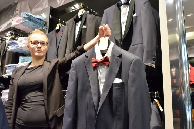 Wśród atrakcyjnych ofert z pewnością należy wymienić tę proponowaną przez firmę Bytom - minus 50 procent na wszystkie garnitury i koszule. - W efekcie koszule będzie można kupić już od 89,99 złotych, a garnitury od 399,99. Ponadto do każdego dodatku - muchy, krawata, poszetki - drugi taki produkt otrzymamy gratis - mówi Magda Podgórska, doradca klienta.