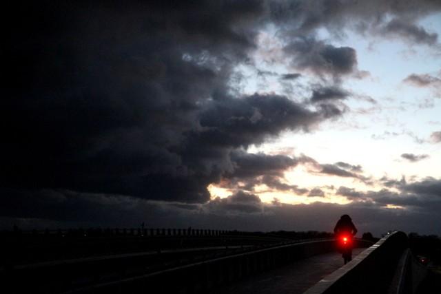 Orkan Klaus zbliża się do Wrocławia. Najbliższe dni upłyną pod znakiem dokuczliwego wiatru. Dopiero po weekendzie wiatr zelżeje, ale zmieni się również temperatura. Ale to nie są dobre wiadomości dla tych, którzy czekają już na wiosnę. Teraz daje się już we znaki mieszkańcom południa Dolnego Śląska. Wiatr w górach osiąga już prędkość 120 km/h, a na grzbietach Karkonoszy nawet 150 km/h. Sprawdzamy, jaka pogoda w najbliższych dniach będzie we Wrocławiu.ZOBACZ NA KOLEJNYM SLAJDZIE. PRZEJDŹ DALEJ PRZY POMOCY >>> STRZAŁEK LUB PRZESUWAJ NA EKRANIE TELEFONU