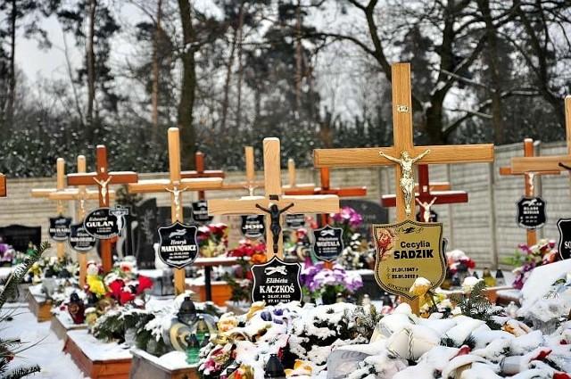 Tuż obok nowych grobów stoi już płot. Miejsca może zabraknąć już za rok.