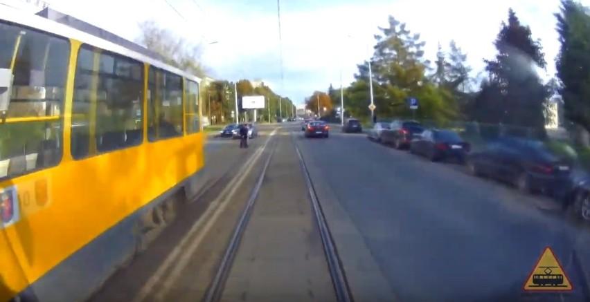 """""""Uwaga! Tramwaj!"""" Piesi najpierw prawie wpadli pod tramwaj,..."""