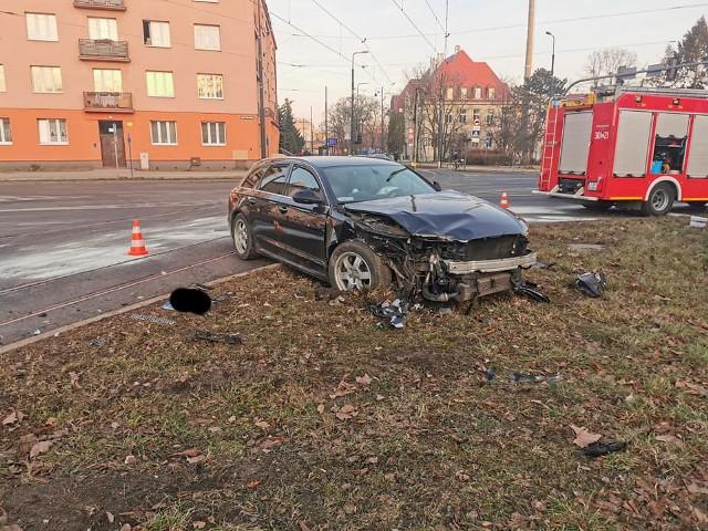 Na skrzyżowaniu ulic Chodkiewicza i Sułkowskiego w Bydgoszczy doszło do zderzenia dwóch pojazdów. Jedna osoba została poszkodowana. Na miejscu zdarzenia mogą występować niewielkie utrudnienia.