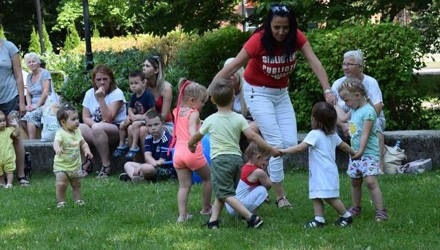 """Biblioteka Publiczna w Miastku zorganizowała w parku miejskim imprezę dla dzieci i młodzieży pod hasłem """"Lato trwa""""."""