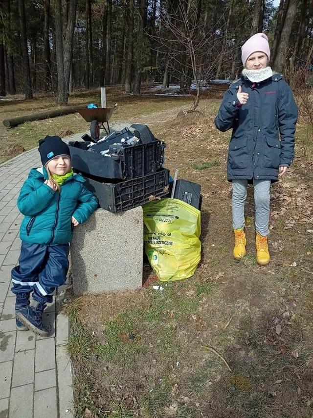 50 osób sprzątało gminę Bytów. Mieszkańcy wzięli sprawy w swoje ręce.