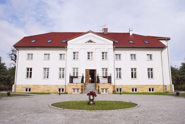 Hotel i restauracja Orient Palace to pięknie wyremontowany klasycystyczny budynek dworski z XVIII wieku. Mieści się w Bielanach Wrocławskich przy ulicy Kłodzkiej 14