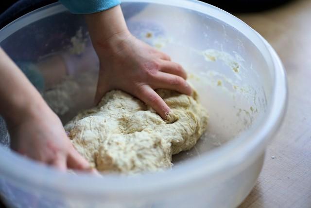 Czym różnią się drożdże świeże od suchych, jak je przeliczać oraz jak zrobić dobry zaczyn? Odpowiada Aleksander Zachuta, szef kuchni.