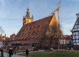 """Zaskakujące """"graffiti"""" na ścianie Wielkiego Młyna w Gdańsku. Napisy pochodzą z XVIII i XIX w. Skąd się tu wzięły? Zobaczcie zdjęcia"""
