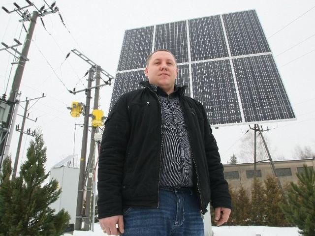 Nasz przedsiębiorca produkuje urządzenia, które mogą zmieniać świat! Jedno z urządzeń Roberta Zawadzkiego wytwarza prąd ze słońca dla oczyszczalni ścieków w Piekoszowie. - Koszt takiej średniej elektrowni to 30 tysięcy złotych – mówi mężczyzna.