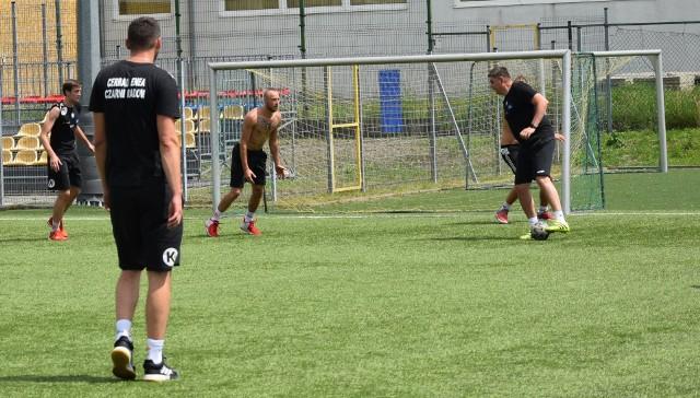 Z piłką Robert Prygiel, trener siatkarzy Cerrad Enei Czarnych Radom.
