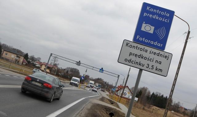 W 27 miejscach w Polsce działa OPP, czyli odcinkowy pomiar prędkości. OPP to system służący do rejestrowania przekroczenia dopuszczalnej prędkości pojazdów na kontrolowanym odcinku drogi. Gdzie w Polsce natrafisz na odcinkowy pomiar prędkości? Gdzie jest ich najwięcej w Polsce?  Sprawdź na kolejnych slajdach listę miejsc >>>>>