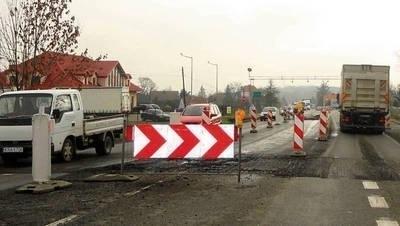 Roboty na drodze krajowej w Szycach irytowały kierowców, a wiosną zaczną stąd wyjeżdżać pojazdy budowy Fot. Barbara Ciryt