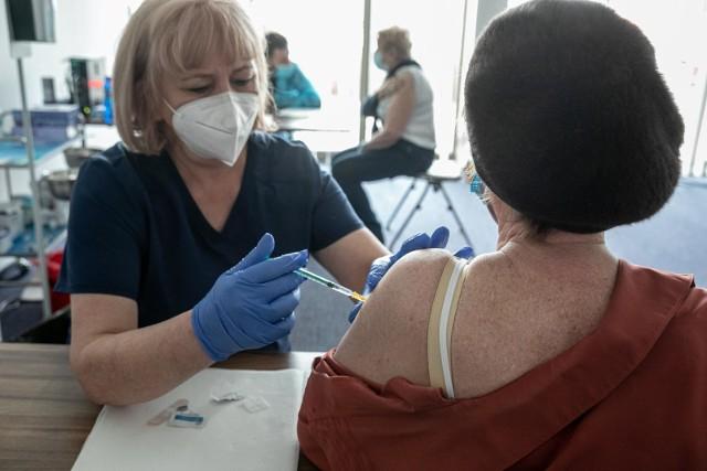 Kobieta z powiatu sanockiegoZaczerwienienie i krótkotrwała bolesność w miejscu wkłucia.